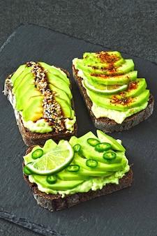 Здоровый тост с авокадо. кето диета. кето тосты