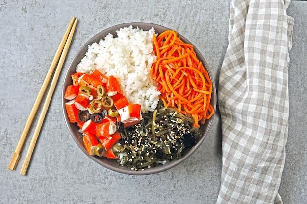 Кето тыкать миску с крабовым мясом. кето, идея обеда. японский салат с крабовым мясом.