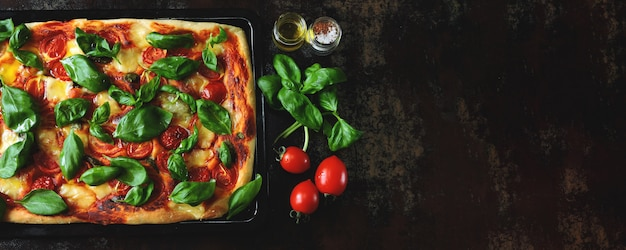 カプレーゼピザ。黒の背景にケトダイエット