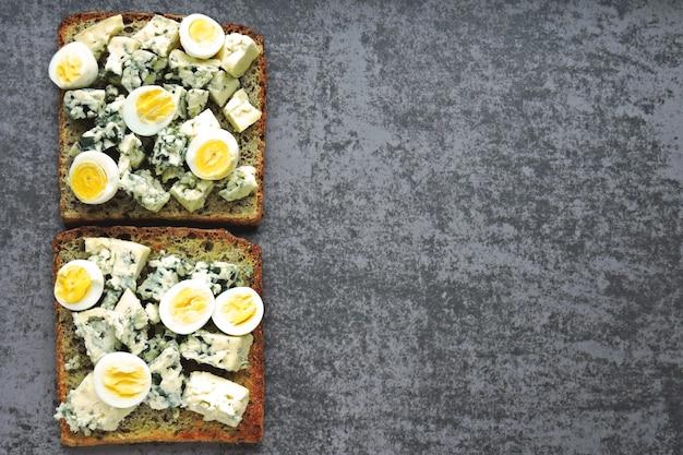 Кето диета. тост с голубым сыром и перепелиными яйцами. кето тосты. здоровая закуска.