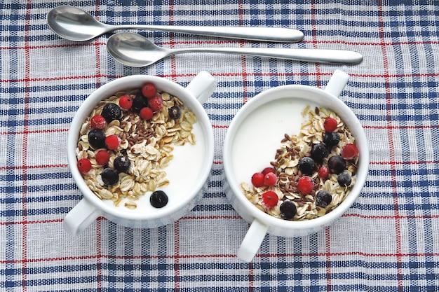 Здоровый завтрак или десерт с молочным йогуртом, семенами и ягодами. желательные