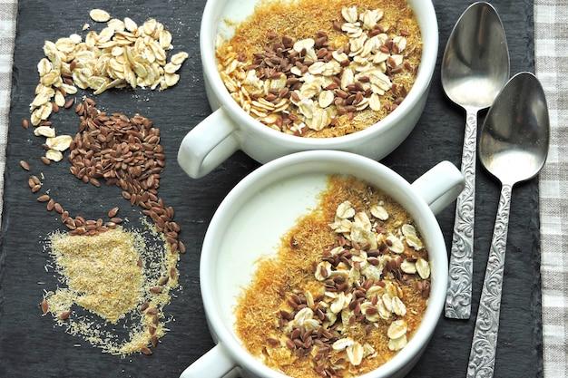ヨーグルト、ふすま、種子の健康的な朝食。健康食品。ダイエット食品。