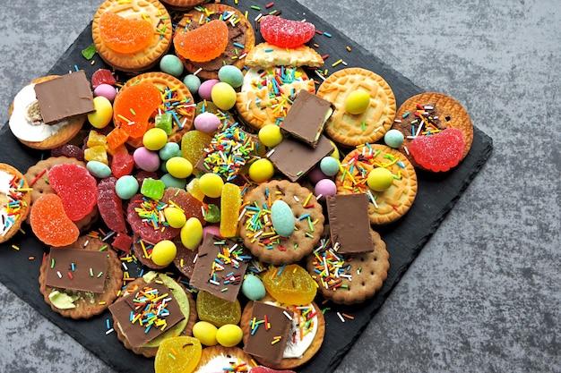 Набор красочных конфет и сладостей. праздник со сладостями. нездоровая пища.
