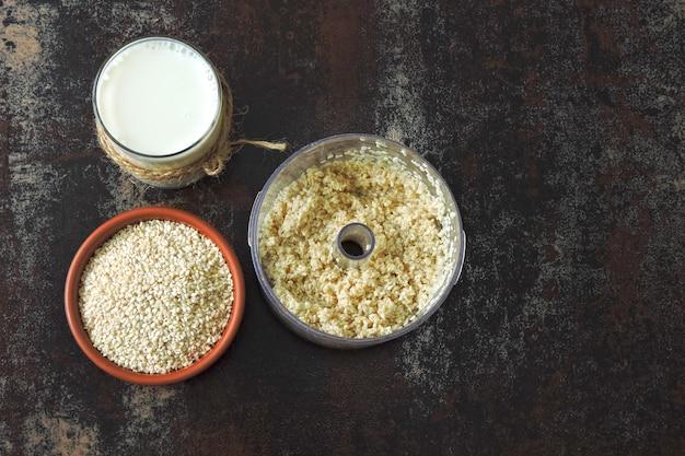 Кунжутное молоко. принцип приготовления кунжутного молока. кето диета веганские напитки.