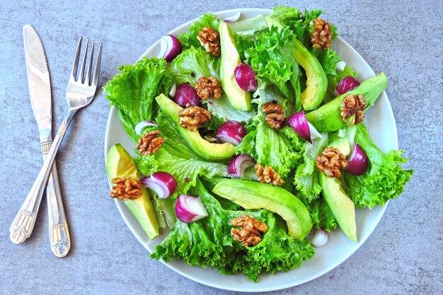 Полезный салат с авокадо, голубым луком и грецкими орехами. кето салат суперпродукты