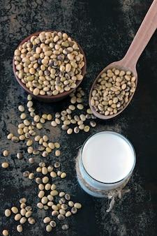 Соевое молоко и соевые бобы. веганское молоко
