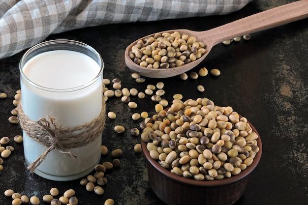 Кето пьет. соевое молоко и соевые бобы. кето диета. веганское молоко.