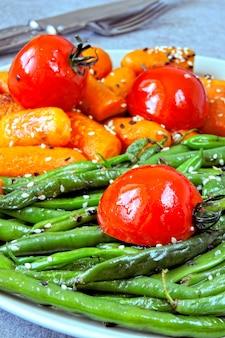 ビーガンランチ。サヤインゲンとニンジンの便利なサラダ。サヤインゲンとニンジン。