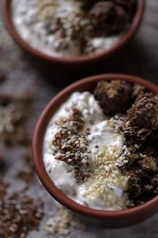 健康的な朝食またはギリシャヨーグルト、チョコレートグラノーラ、種子のデザート。ケトダイエット。
