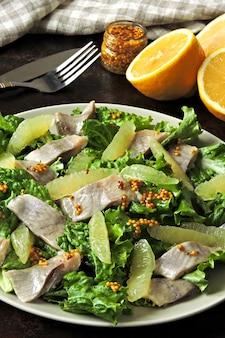 レモンと魚のヘルシーフィットネスサラダ。