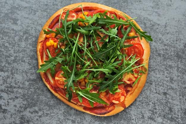 新鮮なルッコラのビーガンピザ。健康食品。