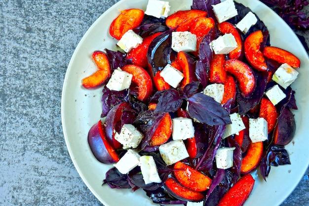 Фитнес салат со сливами, сыром фета и базиликом. вкусный и питательный салат со сливами и белым сыром