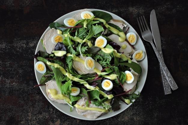 ウズラの卵、サラダミックス、鶏胸肉のヘルシーサラダ。ケトダイエット。パレオ。ペガン
