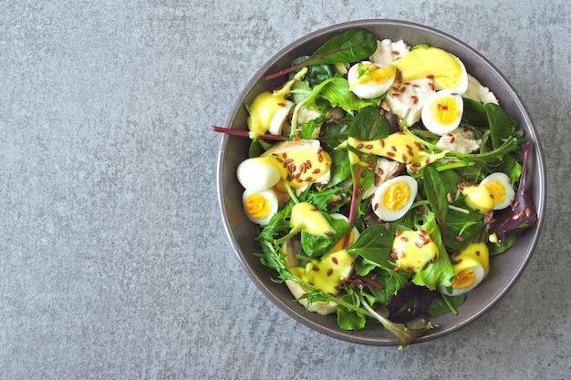 鶏の胸肉とウズラの卵が入った、栄養価の高い美味しいサラダ。