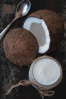 ココナッツヨーグルトとココナッツ。ビーガンヨーグルト。ケトダイエット。