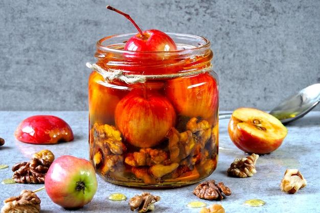 小さなリンゴとナッツ入りの蜂蜜の瓶。