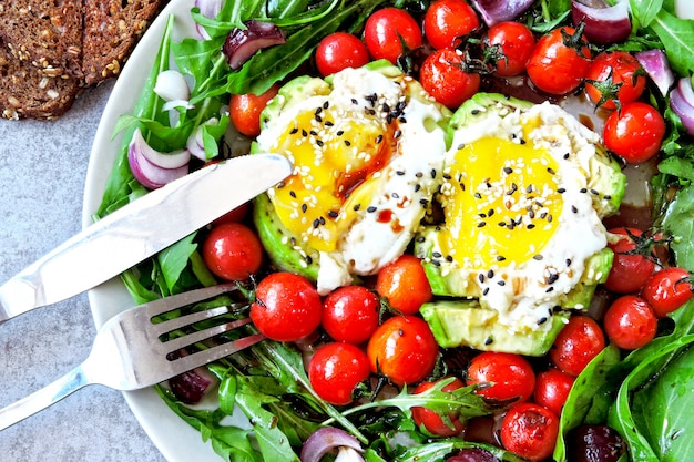 Салат с рукколой, авокадо, яйцом и помидорами черри.