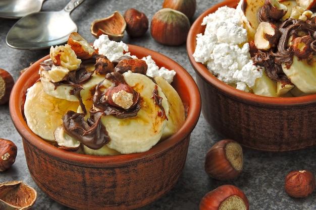 カッテージチーズ、バナナ、チョコレートナッツペーストを入れたヘルシーな朝食またはスナック。ケトダイエット。ケトデザート。