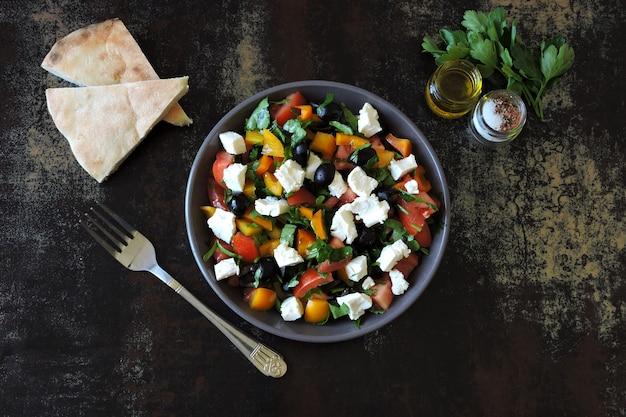 オリーブ、フェタチーズ、パセリの入った中東風サラダ。健康的なカラフルなベジタリアンサラダ。新鮮なアラビア風サラダ。ケトダイエット。