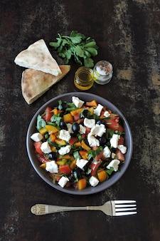 野菜、オリーブ、フェタチーズのアラビア風サラダ。