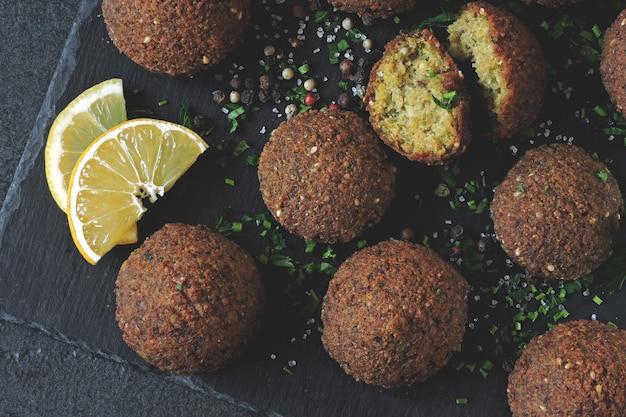 ファラフェルボール、スパイス、ソース、ハーブ。ビーガンファラフェル。健康的な赤身の食べ物。中東料理。