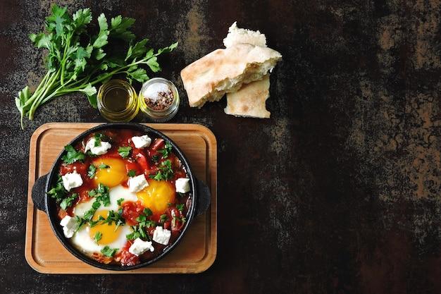 野菜とフェタチーズの目玉焼き。釈迦。ケトダイエット。ケト朝食やおやつ。中東スタイル。