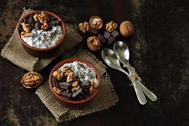 スタイリッシュな健康的な朝食やスナック。チアヨーグルト、チョコレート、クルミ。ケトダイエット。ケト朝食。