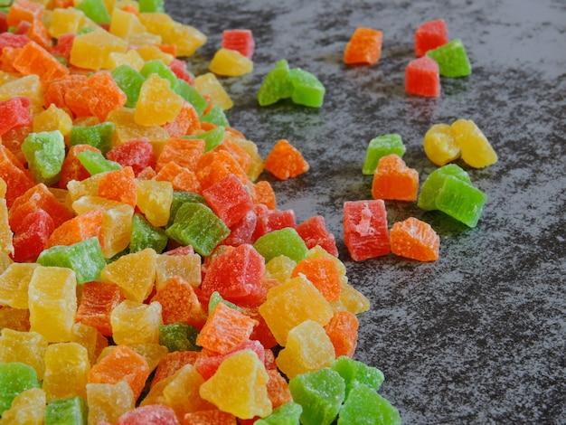砂糖漬けの果物のカラフルな束。
