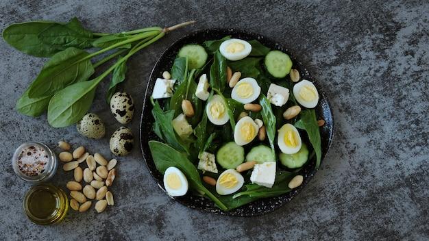 Диетический салат со шпинатом, перепелиными яйцами и орехами.