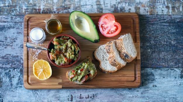 Свежий гуакамоле. глубокий авокадо гуакамоле. кето диета. кето закуска.