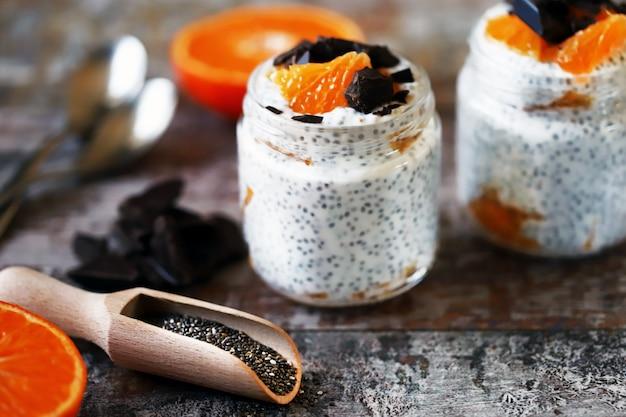 Чиа пудинг с шоколадом и фруктами. здоровый завтрак или перекус. кето диета. кето десерт.