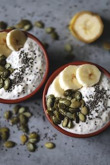 Чиа пудинг с тыквенными семечками и бананом. здоровый завтрак или перекус. кето диета. кето десерт. десерт без сахара