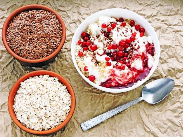 便利な朝食。ホワイトヨーグルト、ジャム、亜麻仁、クランベリー入りのオート麦フレーク。