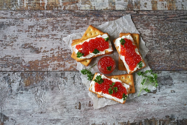 Крекеры с белым сыром и красной икрой. кето диета. здоровый завтрак. кето закуска.