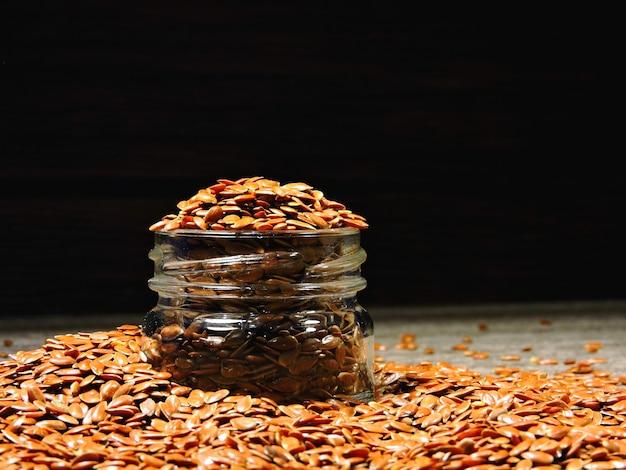 Семена льна в стеклянной банке. льняное семя.
