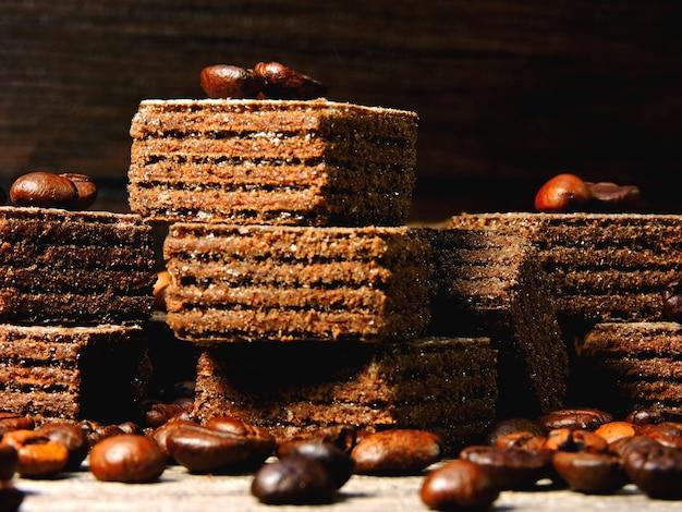 Шоколадные кофейные вафли и кофейные зерна. маленькие квадратные вафли.