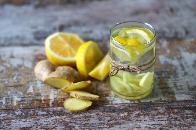 Имбирный лимонный напиток.