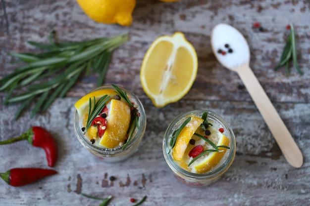 塩、唐辛子、ローズマリーを入れた発酵レモン。