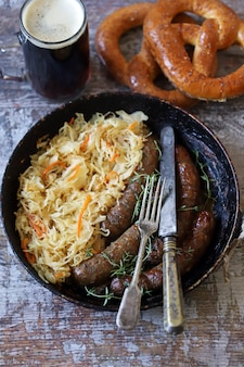 オクトーバーフェスト料理。鍋にザワークラウトを使ったバイエルンソーセージ。美味しいビール祭りの食べ物