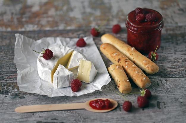 カマンベールチーズとラズベリージャム