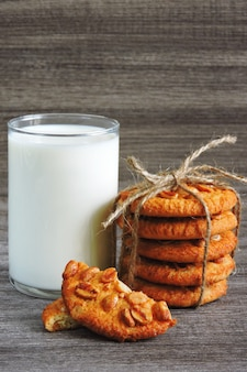 ピーナッツと新鮮な牛乳のガラスと自家製シュガークッキー。