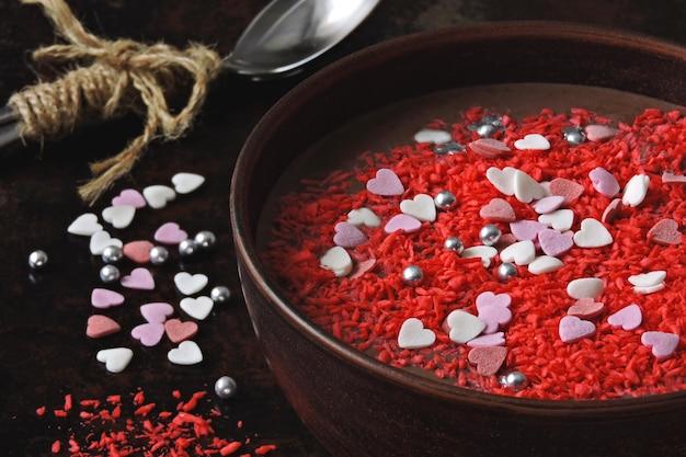 バレンタインの朝食用ボウル。バレンタインデーのロマンチックな朝食。チョコレートヨーグルトと甘い装飾の心。