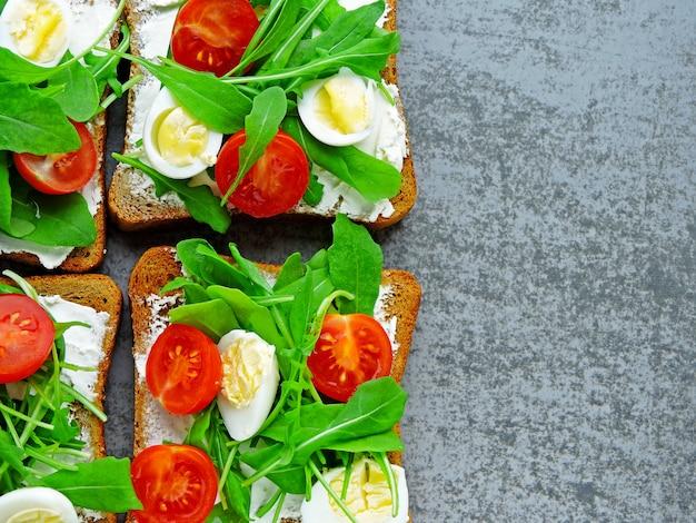 Фитнес тосты с рукколой, сливочным сыром, помидорами черри и перепелиными яйцами