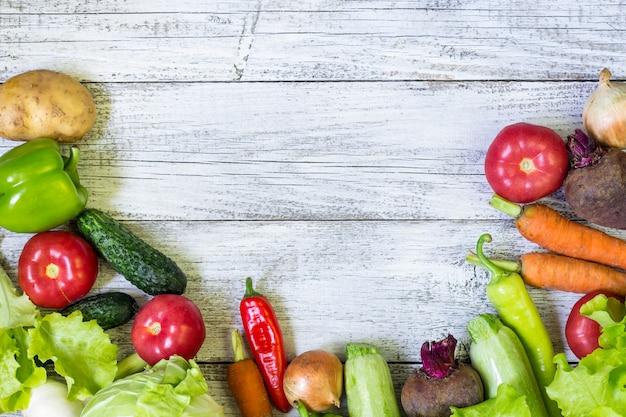 Взгляд сверху здоровой предпосылки еды с космосом экземпляра. концепция здорового питания со свежими овощами