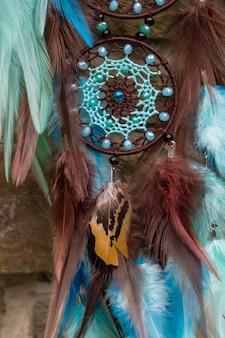 Ловец снов ручной работы с нитками из перьев и бусин