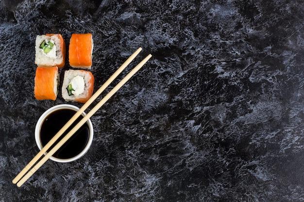 石のテーブルに寿司とマキのセット。トップビューの背景