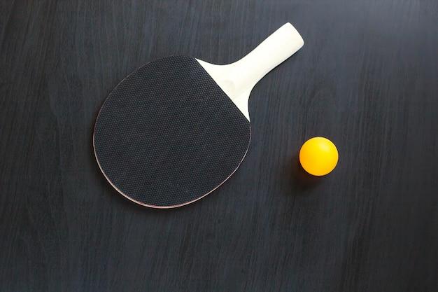卓球や卓球ラケットとボール、黒い背景に