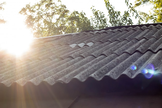 屋根瓦と背景の空の日光