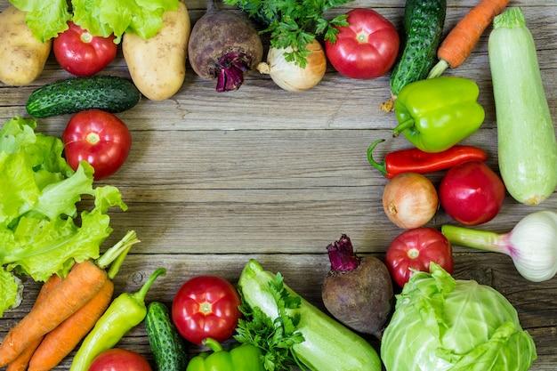 健康食品の背景の平面図です。新鮮な野菜と健康食品