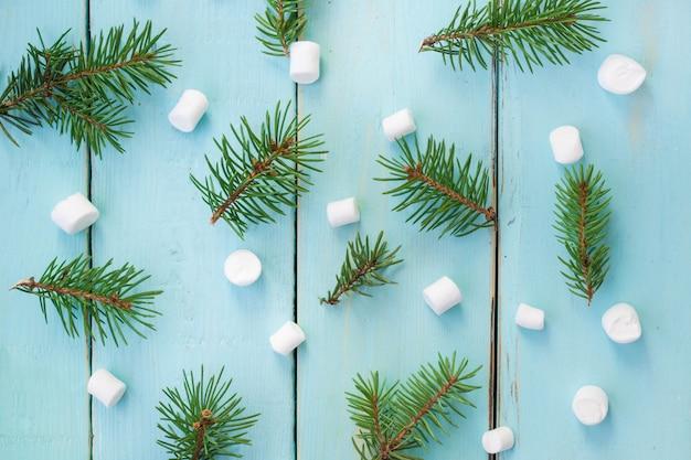 モミの木とマシュマロ、トップビューのクリスマスブランチ